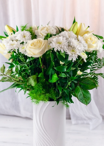 Vikiflowers flowers online uk Luxury Cream Bouquet